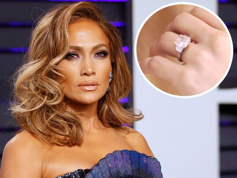 обручальное кольцо с розовым бриллиантом